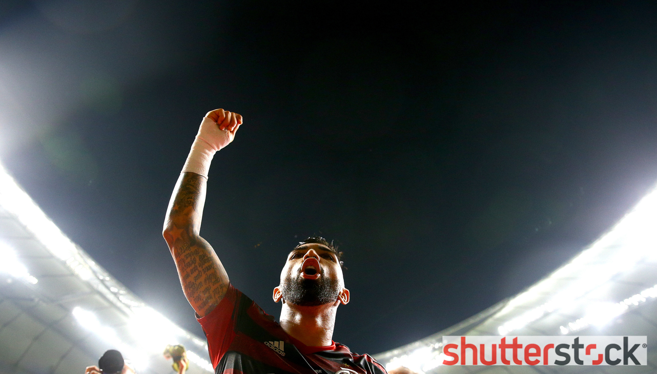 Gabriel Barbosa of Flamengo celebrates with the fans at full time